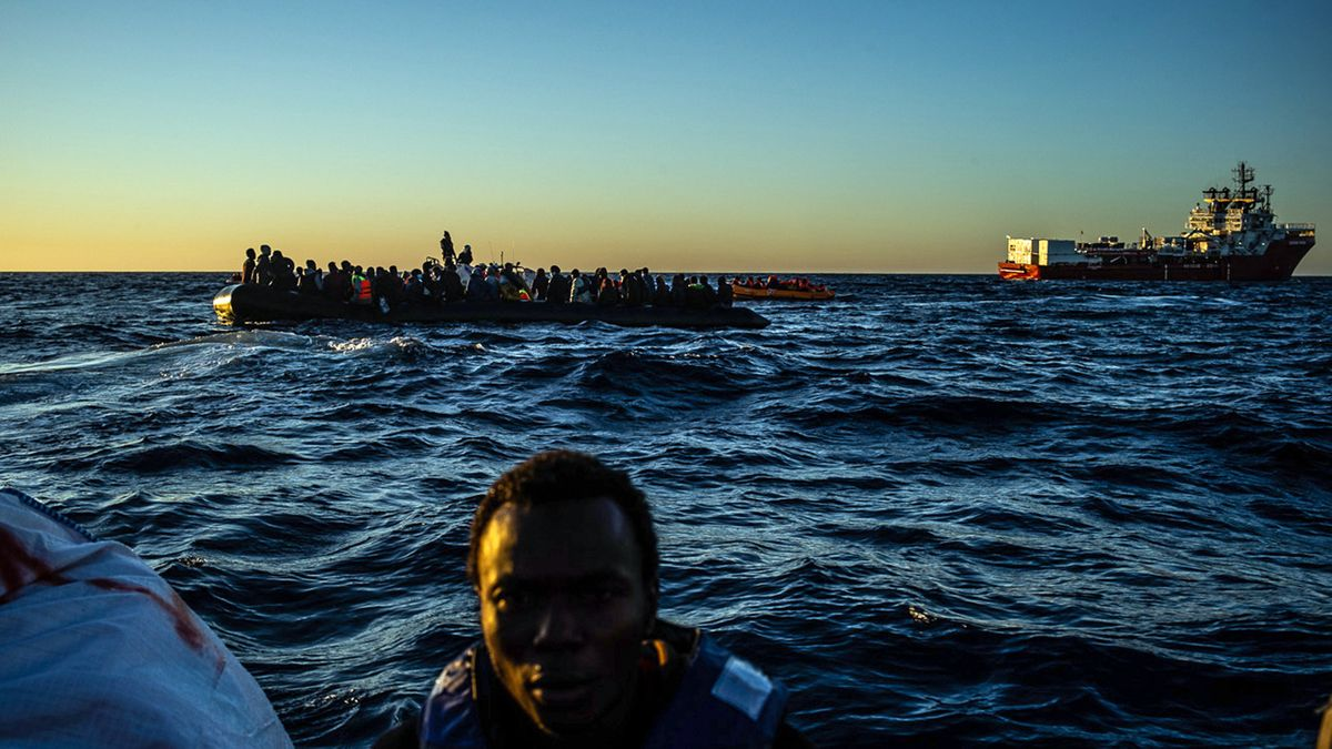 Die am 04. Februar 2020 von SOS Mediterranee herausgegebene undatierte Aufnahme zeigt ein mit Migranten überfülltes großes Schlauchboot in der Nähe des Seenotrettungsschiffs «Ocean Viking» (r). Das private Hilfsschiff «Ocean Viking» hat am Donnerstag im internationalen Gewässer vor Libyen rund 130 Bootsmigranten aus Seenot gerettet. Das teilte die Betreiberorganisation SOS Mediterranee mit. Die Crew habe per Fernglas das überbesetzte Schlauchboot gesichtet. Das Team holte bei Tagesanbruch 121 Menschen an Bord, wie es hieß. Darunter seien 19 Frauen und 2 kleine Kinder gewesen. Mehrere Menschen, die über Bord gegangen seien, konnten danach auf die «Ocean Viking» gebracht werden.