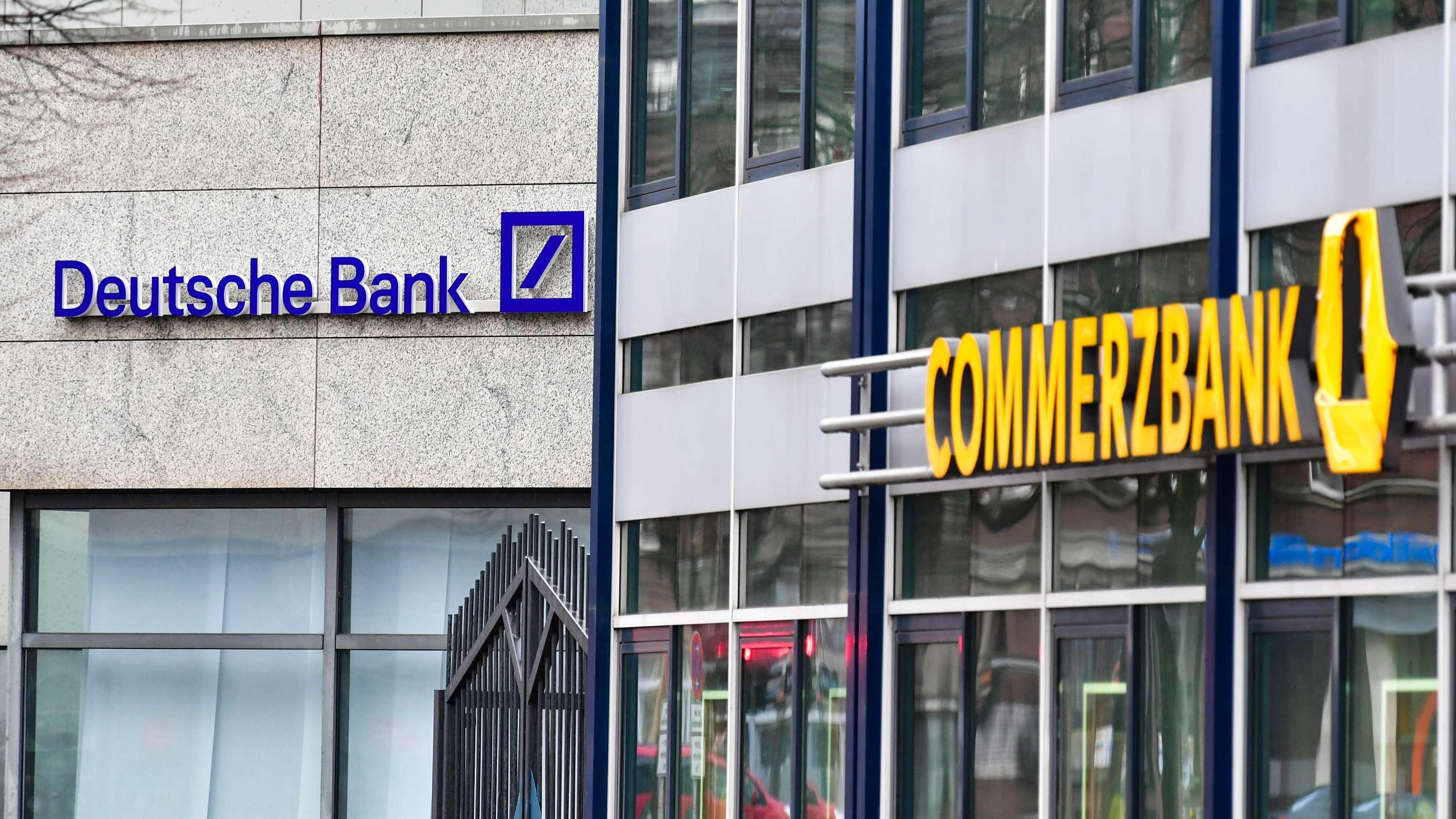Zwei benachbarte Filialen von Commerzbank und Deutscher Bank