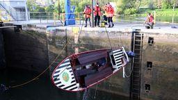 Motorboot in Schleuse gekentert - Umfangreiche Bergungsmaßnahmen   Bild:Ralf Hettler