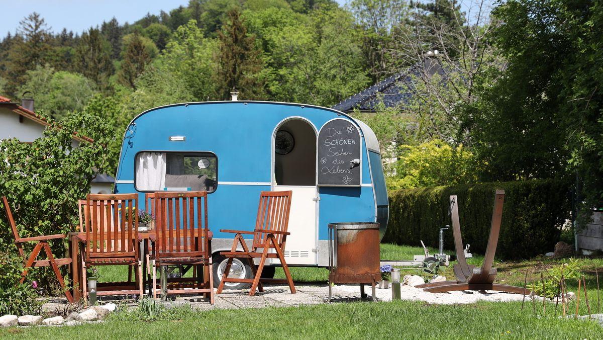 Wohnwagen und Gartenmöbelgarnitur