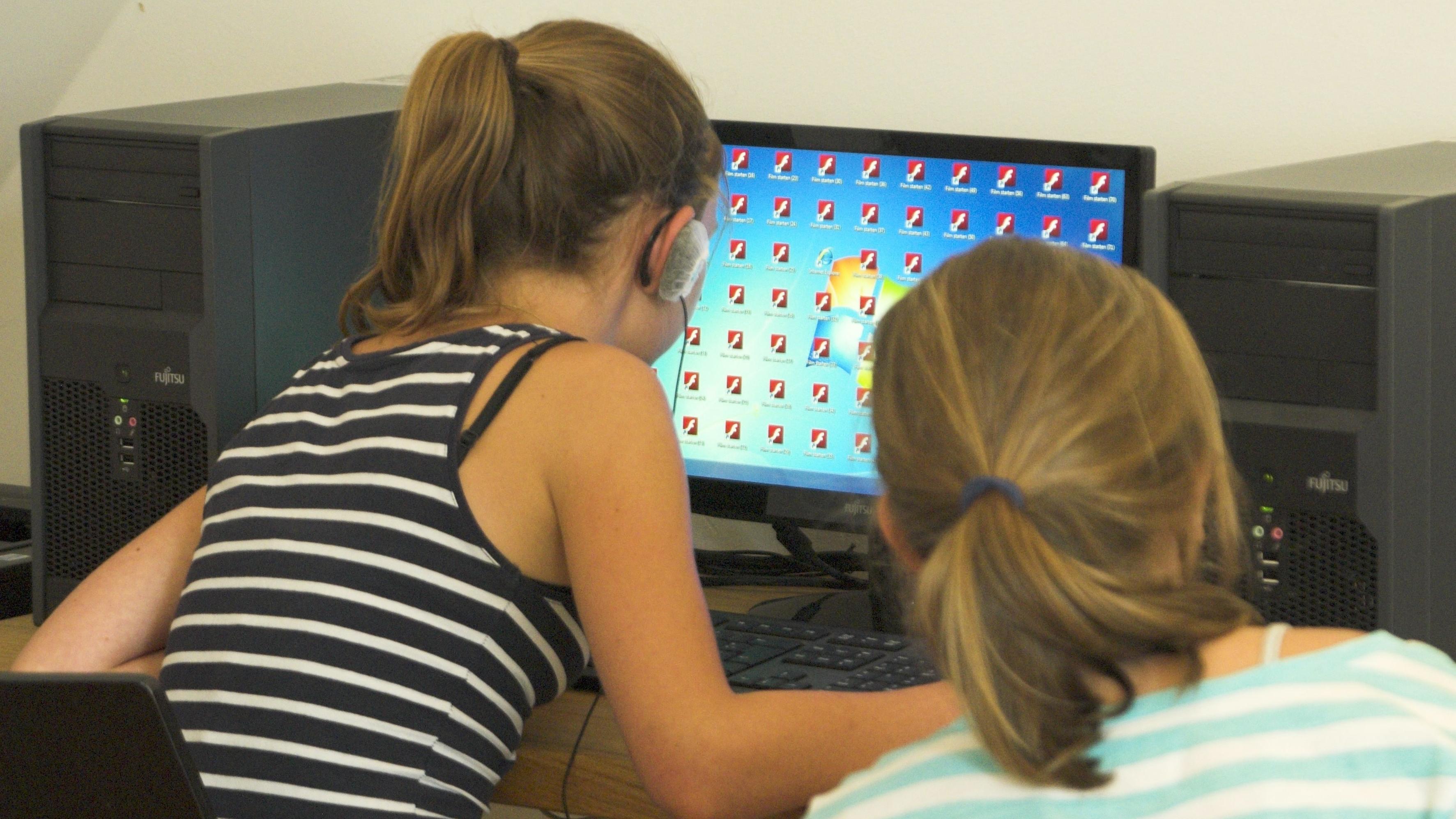 Mädchen vor einem Computer (Symbolbild)