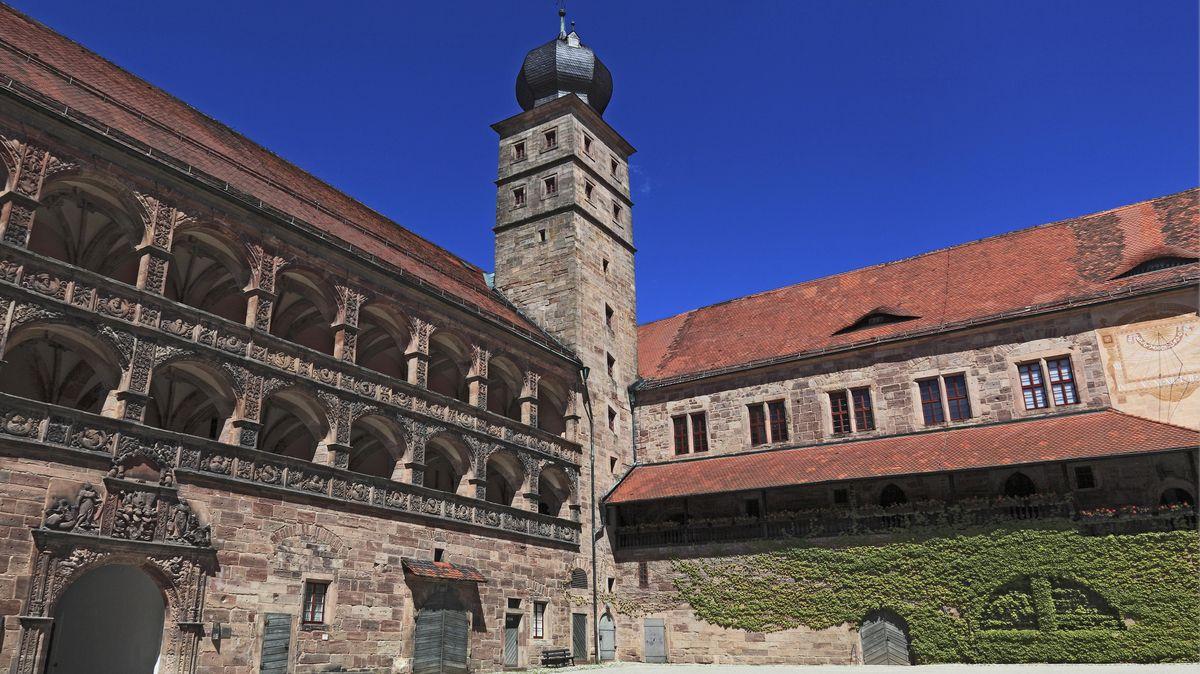 Blick in den Hof der Plassenburg. Sie ist das Wahrzeichen der Stadt Kulmbach.