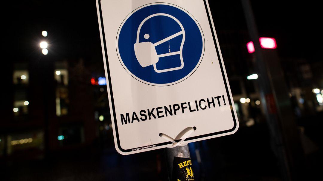 Ein Schild weist auf das Einhalten der Maskenpflicht hin.