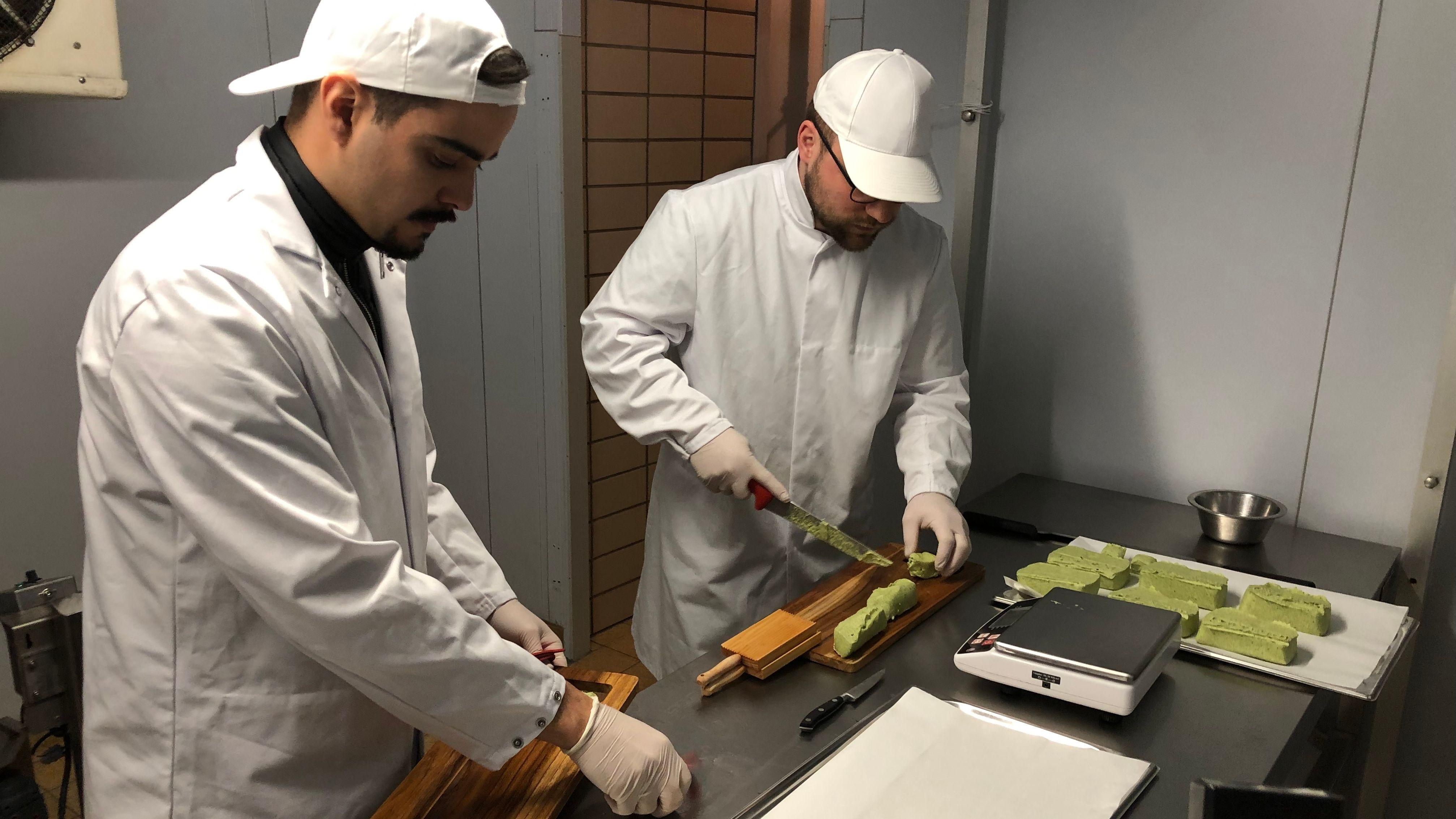 Moritz (r.) und Fabio (l.) bei der Butter-Herstellung