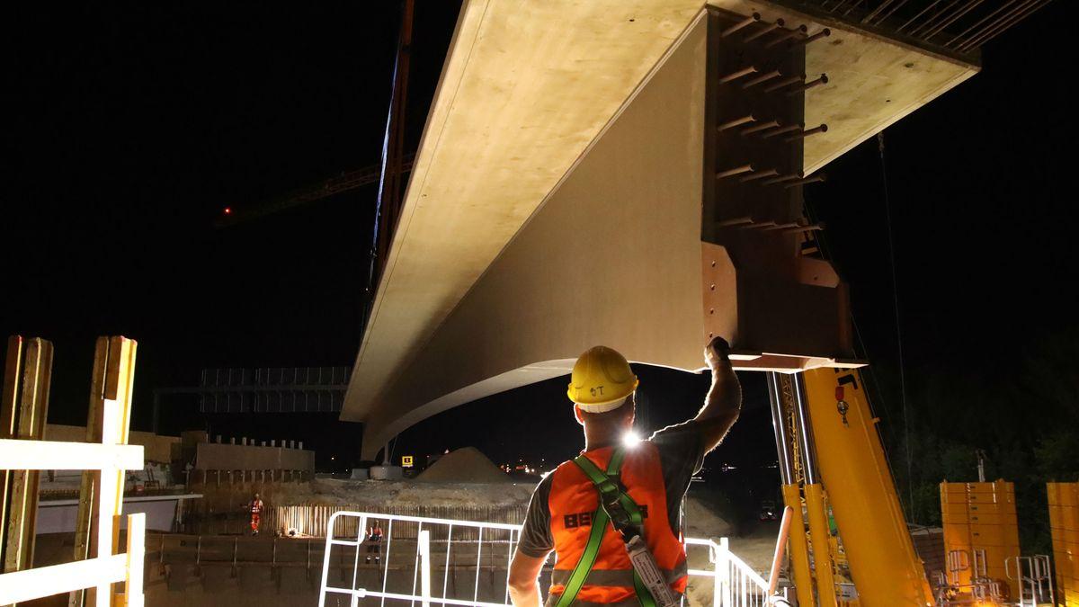 Bauarbeiter haben in der Nacht zum Sonntag an der A3 bei Regensburg die Träger für eine neue, 33 Meter lange Autobahnbrücke eingehoben.