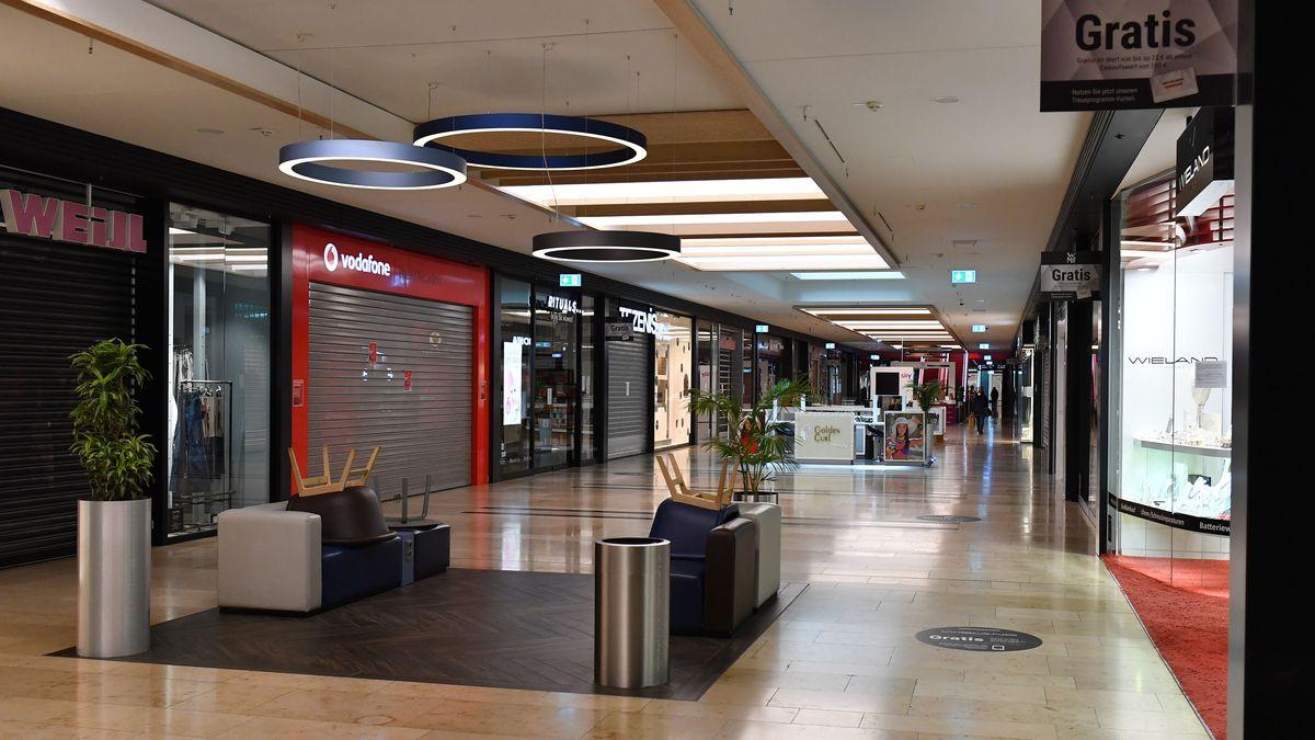 Leere Gaenge und Rolltreppen- geschlossene Läden. Geschlossenes Einkaufszentrum Riem Arcaden München wegen der Corona-Pandemie.