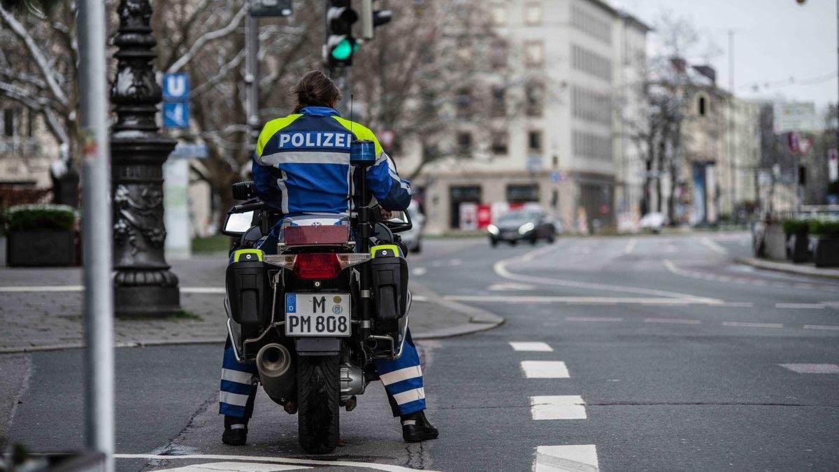 Ein Motorradpolizist überwacht im März 2020 die Ausgangsbeschränkungen am Sendlinger-Tor-Platz in München