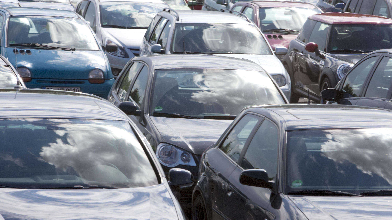 Überfüllte Parkplätze in den Bergen (SYMBOLBILD)