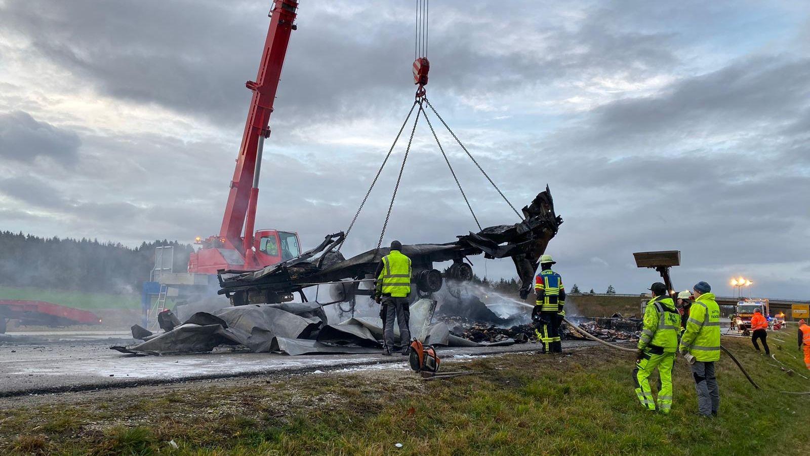 Am Freitagmorgen war auf der B300 bei Aichach ein Lastwagen komplett ausgebrannt.