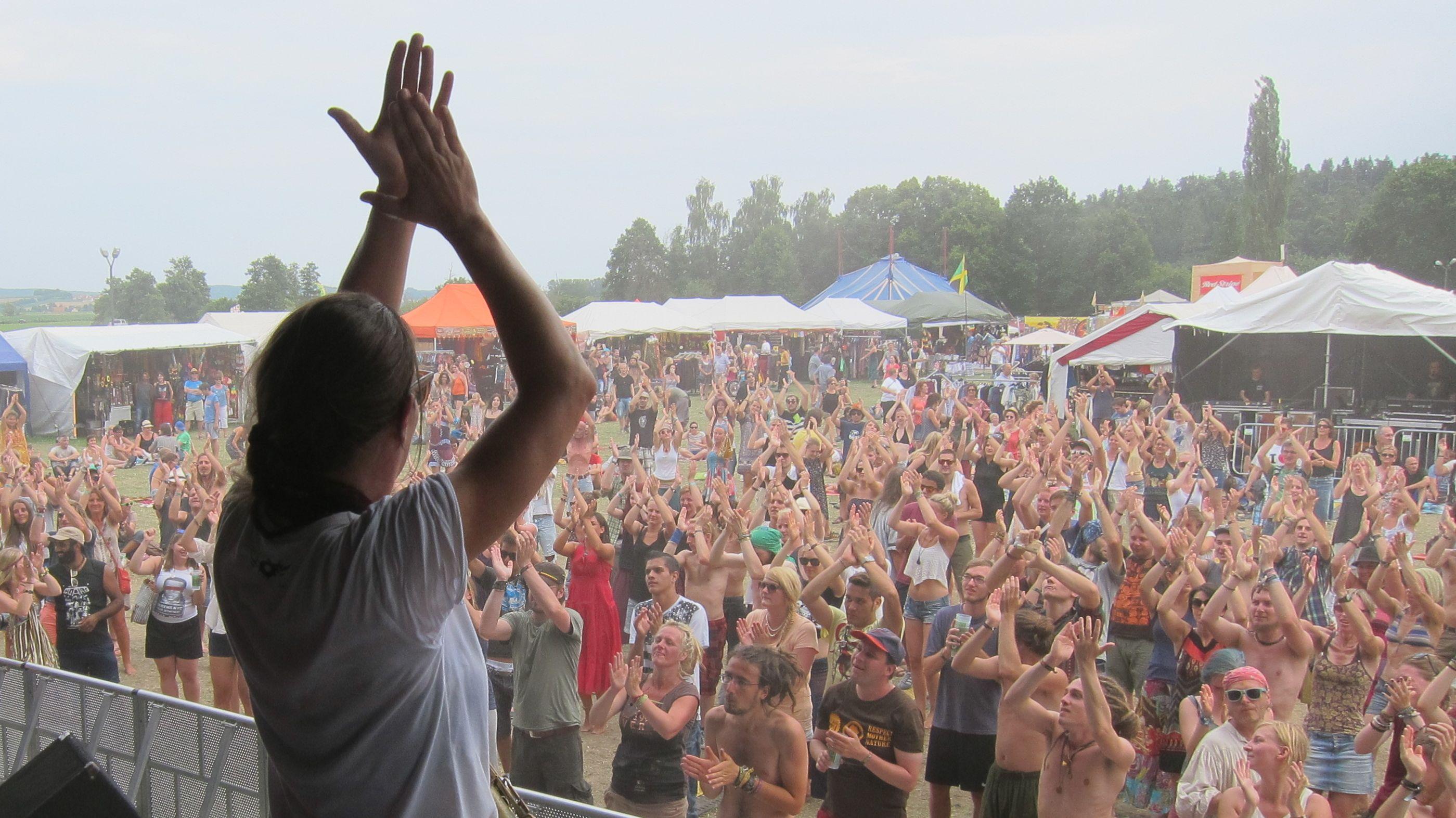 Festivalbesucher stehen vor einer Bühne