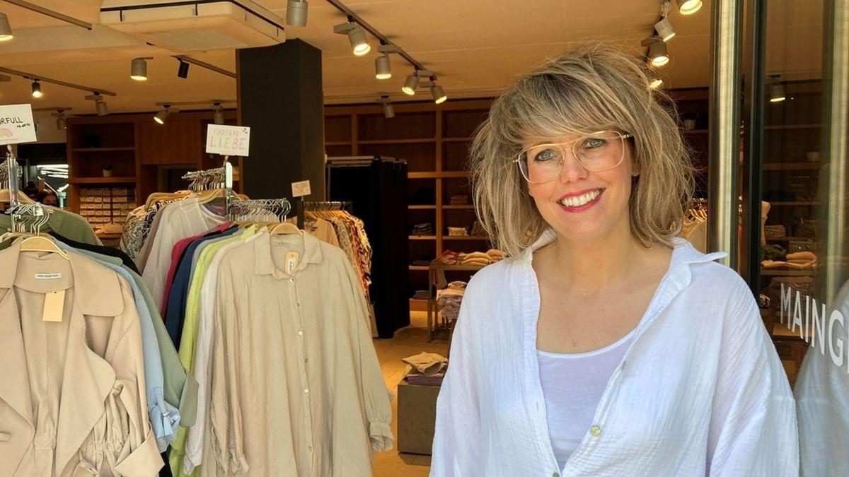 Eie Würzburger Modehändlerin Sandra Lemmich steht vor ihrem Laden.
