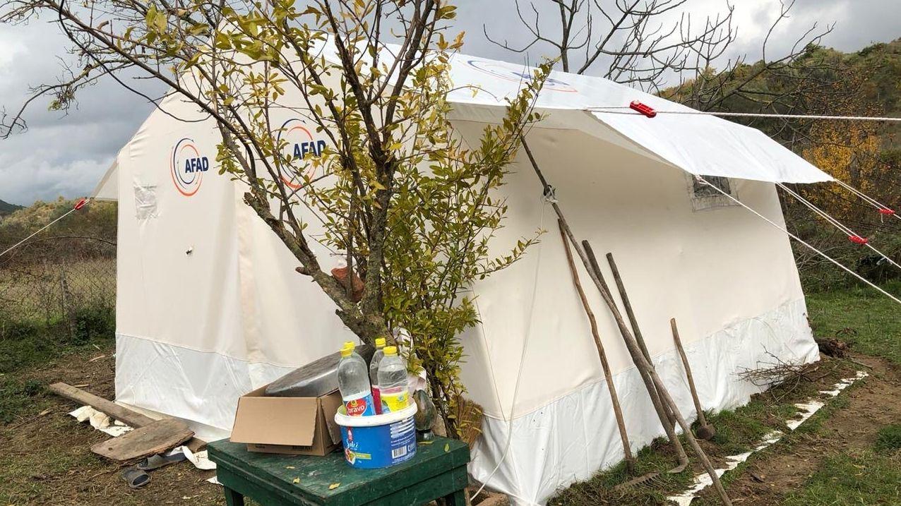 Viele Menschen müssen bei kalten Temperaturen im Zelt schlafen
