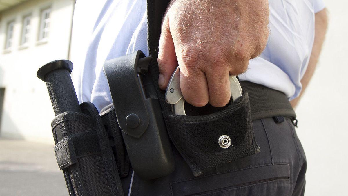 Polizist zieht Handschellen bei der Festnahme