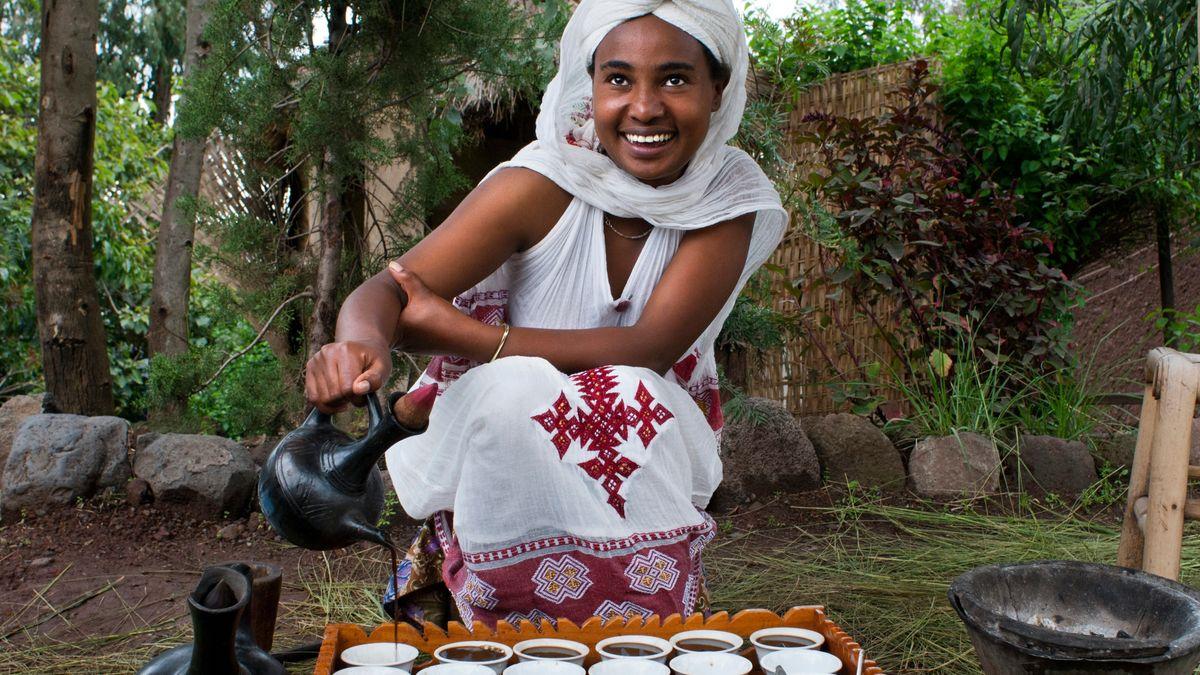 Das Bild zeigt eine Frau bei einer Kaffeezeremonie in Äthiopien.