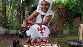 Das Bild zeigt eine Frau bei einer Kaffeezeremonie in Äthiopien. | Bild:picture alliance / Sergi Reboredo | Sergi Reboredo