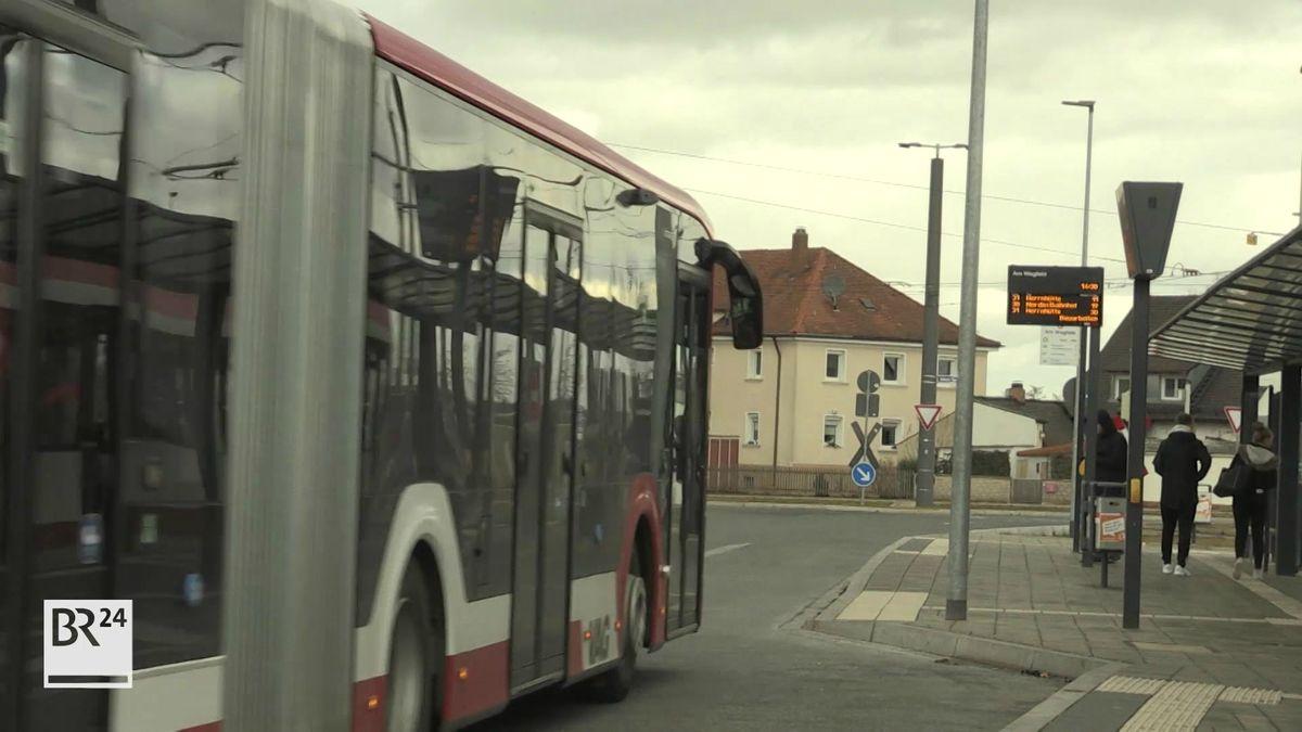 Ein Bus fährt auf eine Haltestelle zu