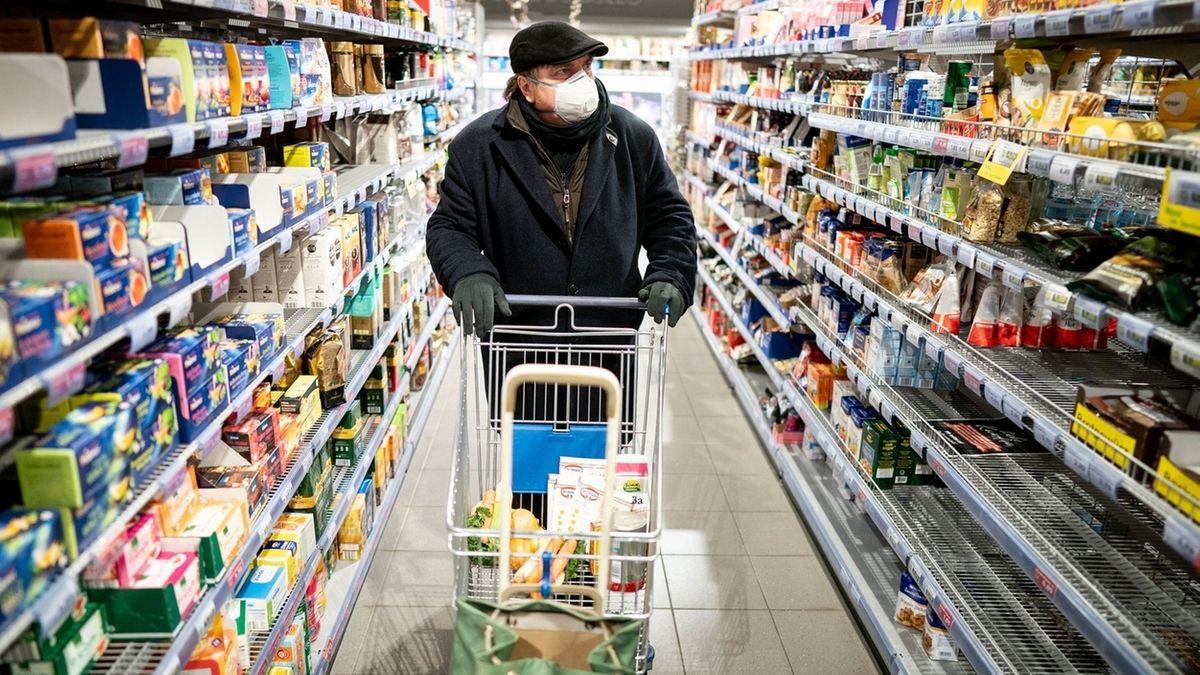 Mann mit Mundschutz bei Einkauf im Supermarkt