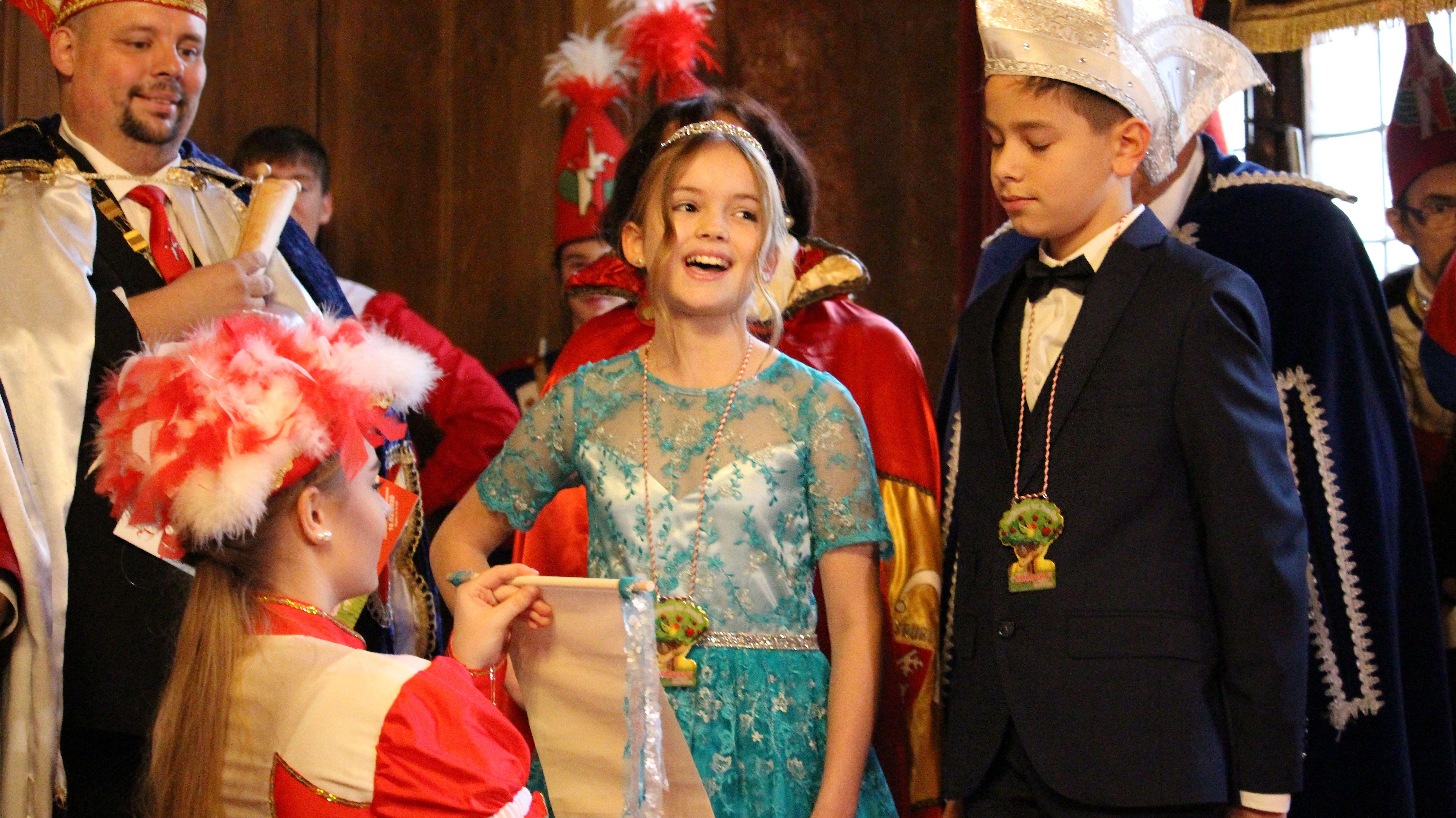 Das Kinderprinzenpaar der Narragonia hält seine Rede: Annika I. und Dominik I.