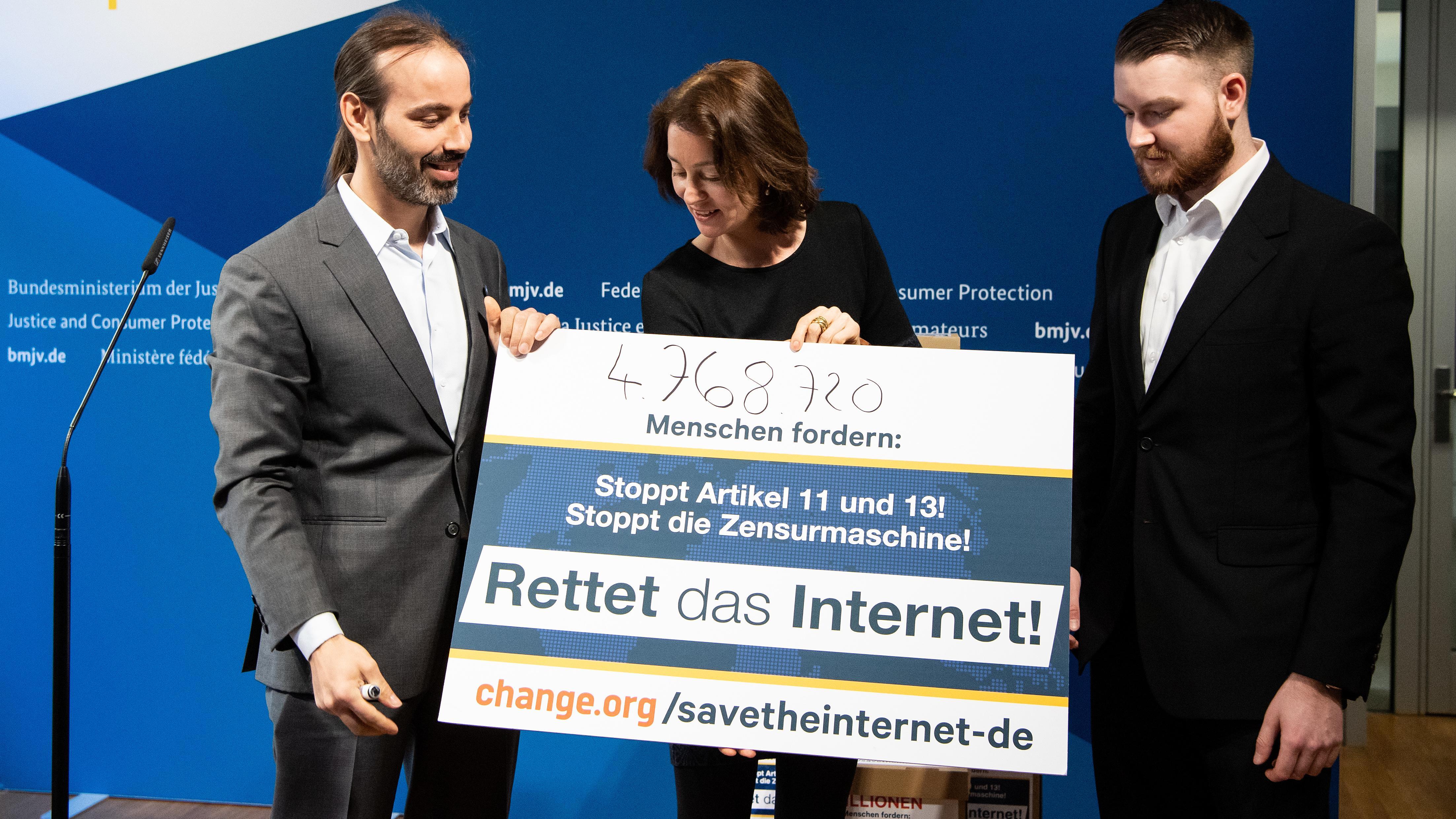 """""""Rettet das Internet""""-Aktivisten übergeben Unterschriften an Bundesjustizministerin Barley"""