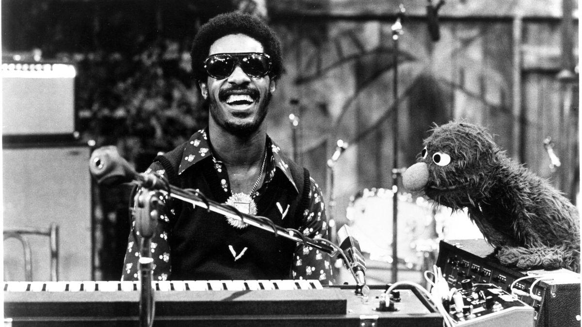Schwarz-weiß Aufnahme von 1969 mit Stevie Wonder am E-Piano und dem Krümelmonster
