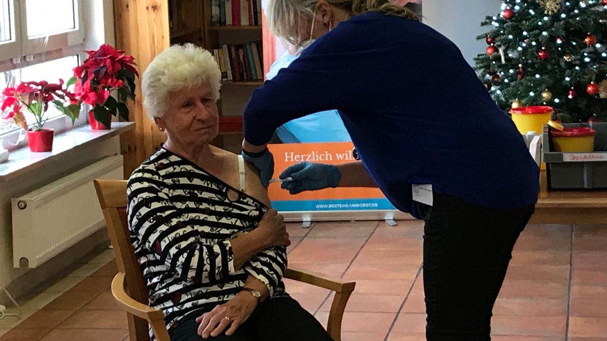 """""""Das ist ein Piks und fertig."""" Die 83-jährige Helga Klingseisen wurde in Germering als eine der ersten in Bayern gegen das Coronavirus geimpft."""