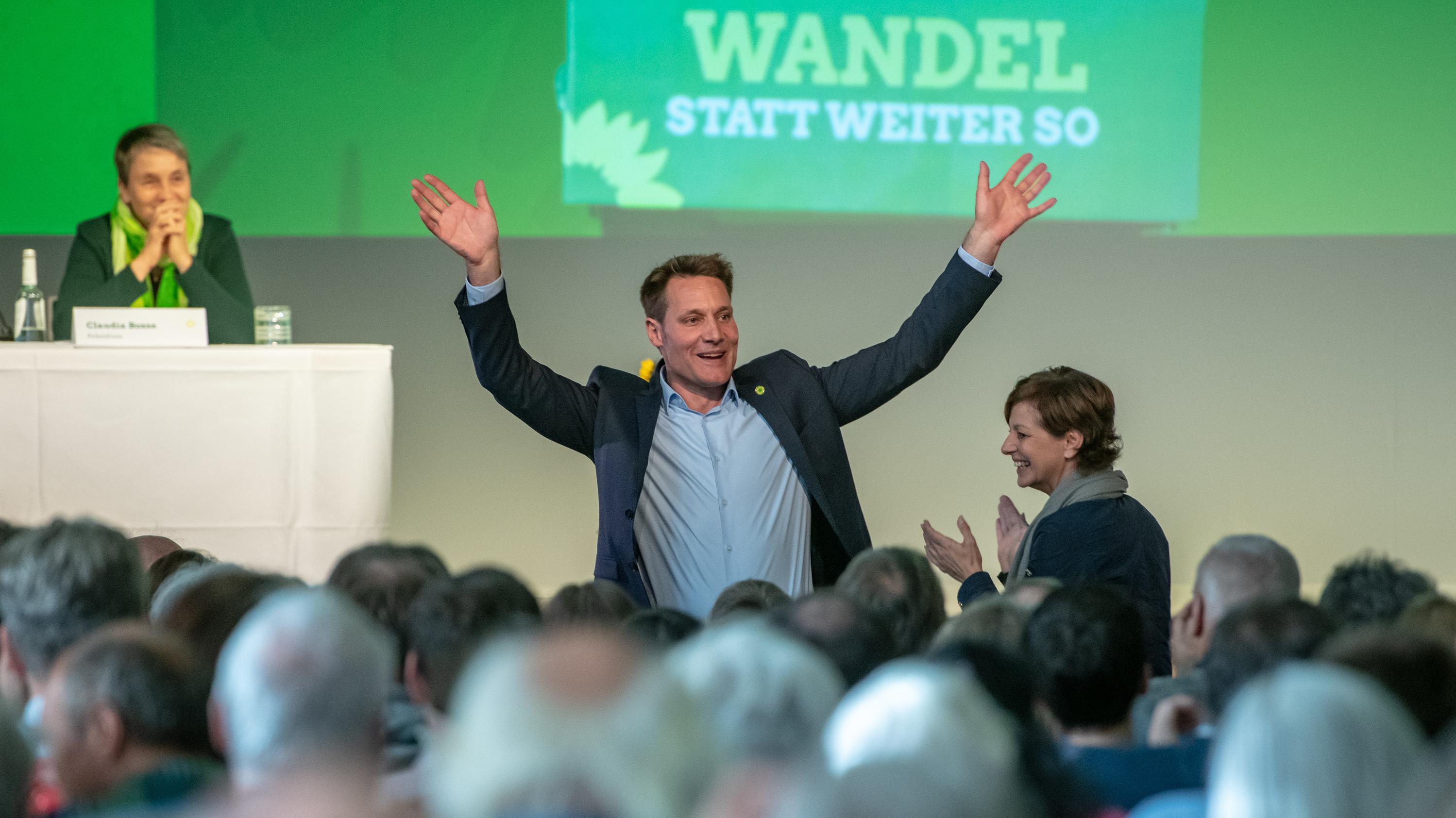 Ludwig Hartmann, Fraktionsvorsitzender von Bündnis 90/Die Grünen im Landtag, winkt nach einer Rede auf dem außerordentlichen Parteitag nach der Landtagswahl.