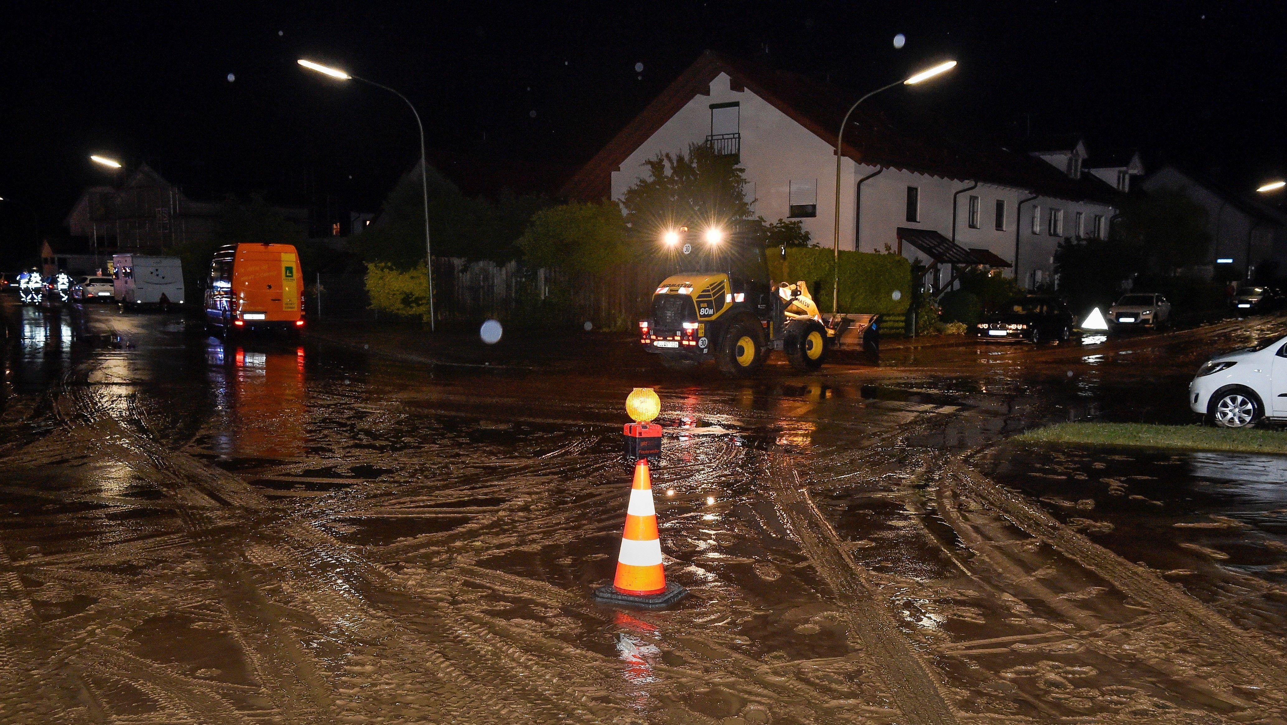 Der Starkregen in Landsberg spülte den Schlamm von einem benachbarten Acker ins Wohngebiet.