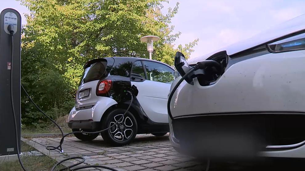 Zwei Elektroautos an einer Ladestation.