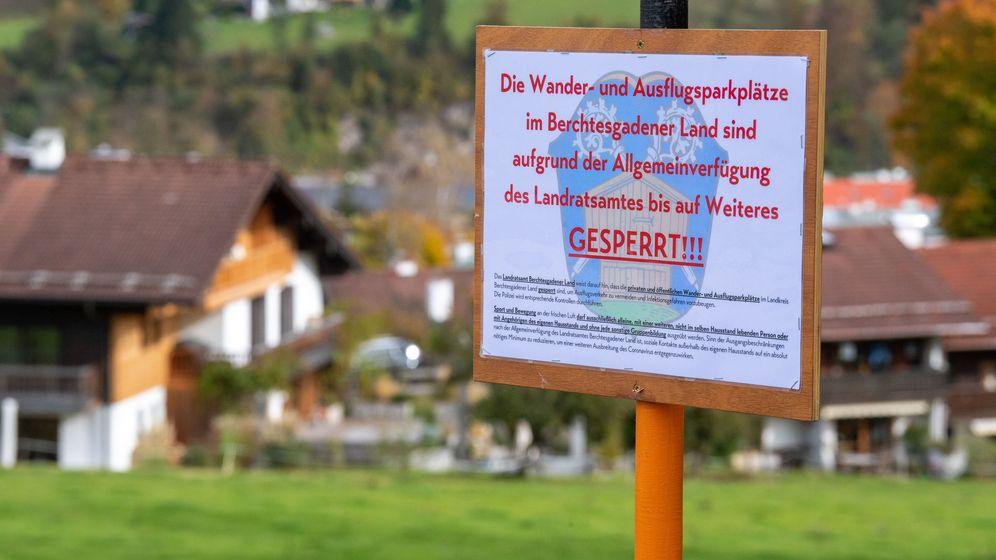Ein Schild an einem Wanderparkplatz weist auf die Sperre von Wanderwegen und Parkplätzen durch die Verfügung des Landratsamtes hin. | Bild:dpa-Bildfunk/Lino Mirgeler