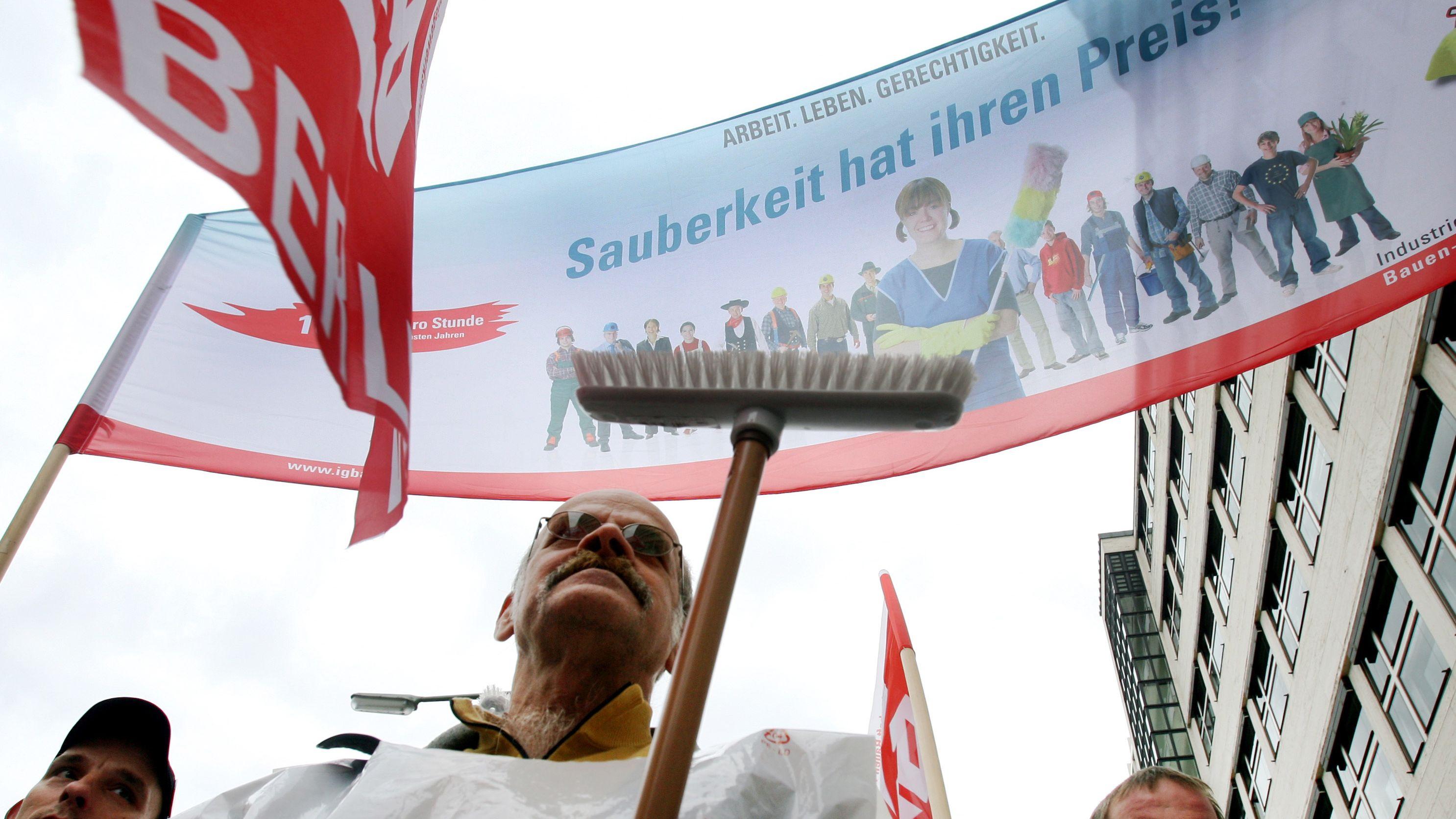 """Gebäudereiniger der IG Bauen-Agrar-Umwelt streikten am Montag in Berlin mit einem Transparent mit der Aufschrift """"Sauberkeit hat ihren Preis""""."""