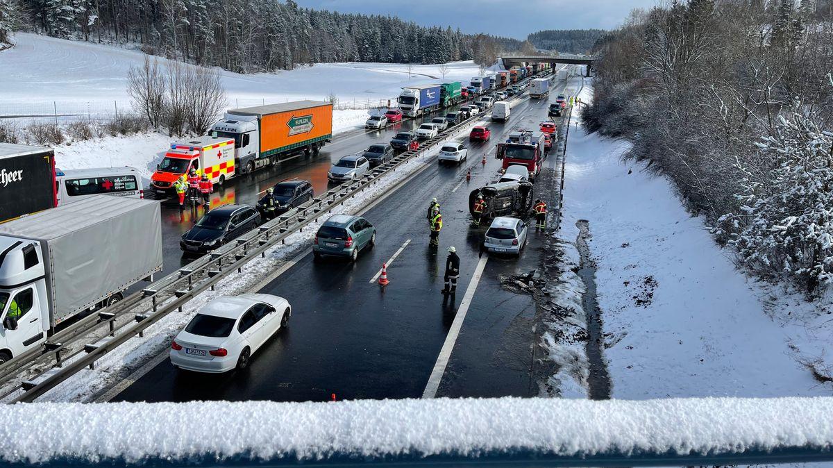 Bild von Autobahn und verunfallten Autos