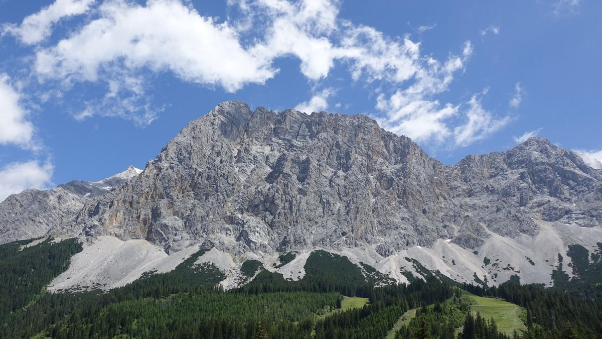 Wettersteingebirge mit Zugspitze links im Bild, von Tirol, Österreich, aus gesehen.