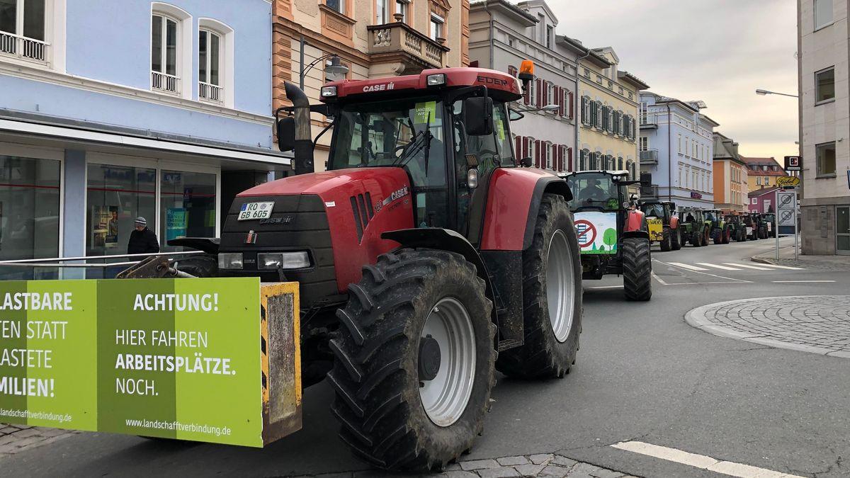 Rund 400 Traktoren sind am Samstag, 15.02.2020, bei der Großdemonstration gegen den Brenner-Nordzulauf in Rosenheim dabei.