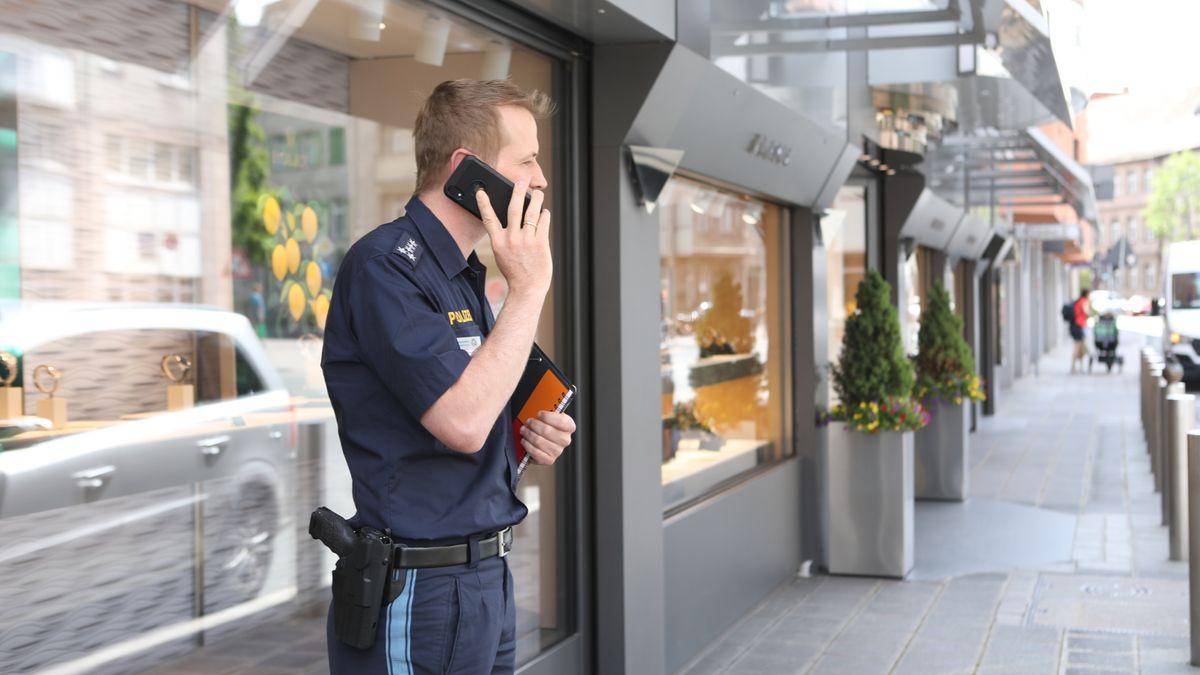 Polizist vor Juwelierladen