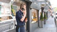 Polizist vor Juwelierladen | Bild:news5