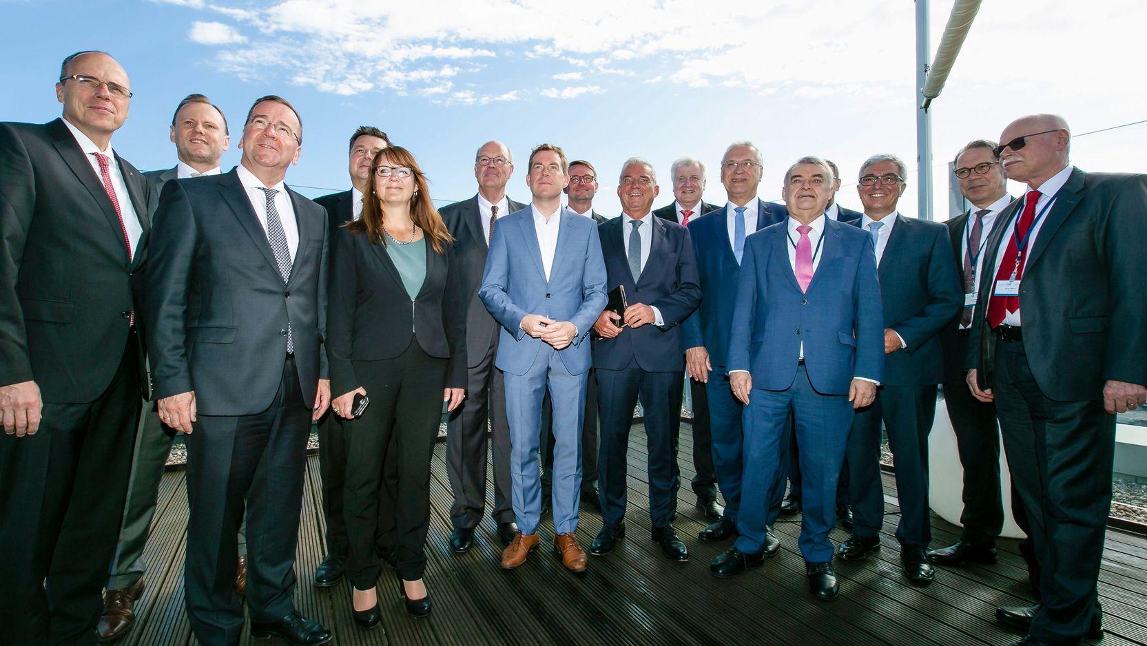 Innenminister von Bund und Ländern sowie Katrin Lange, Staatssekretärin des Landes Brandenburg, stehen für ein Gruppenfoto zusammen.