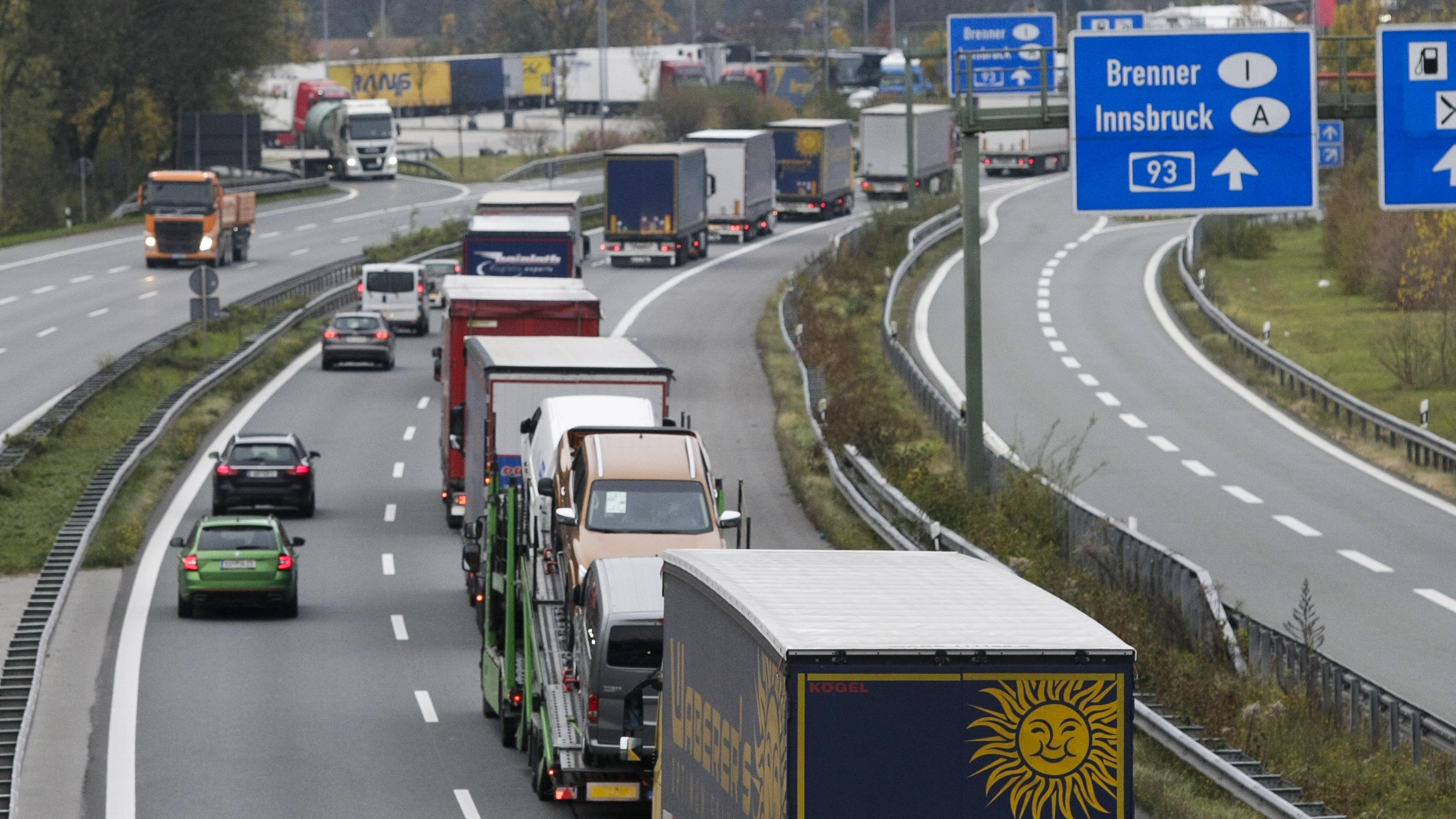 Lkw stauen sich auf der Inntalautobahn bei Kufstein