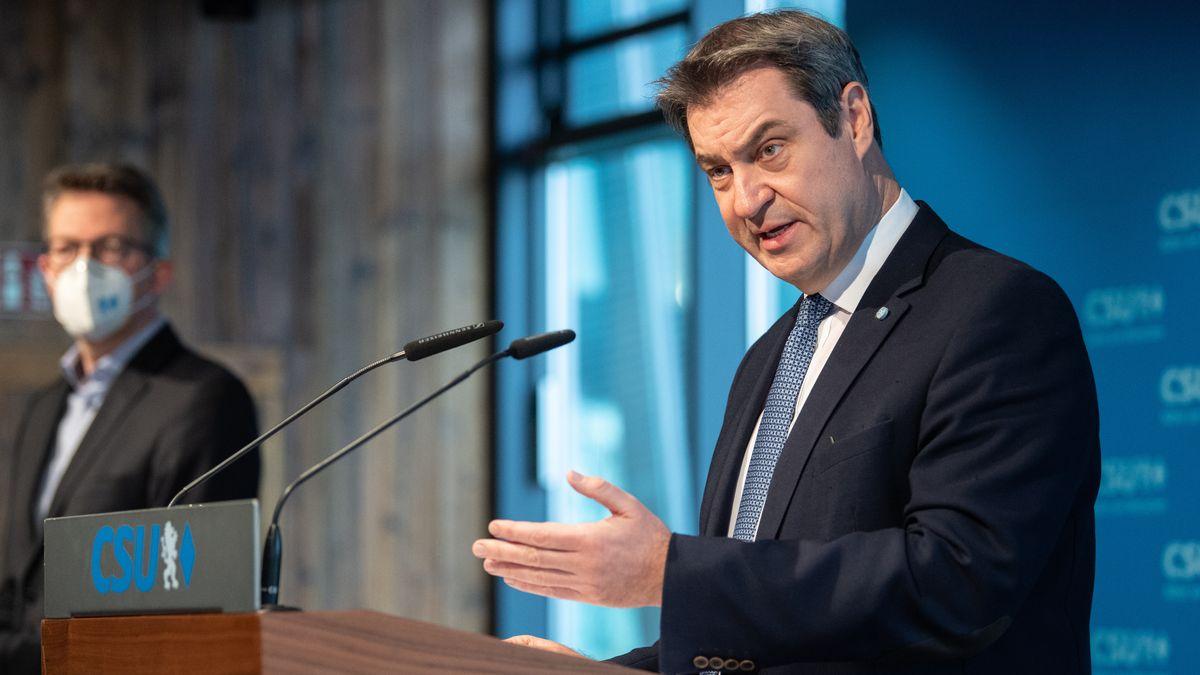 Markus Söder (CSU, r), Parteivorsitzender, spricht auf einer Pressekonferenz in der CSU-Parteizentrale neben Generalsekretär Markus Blume.