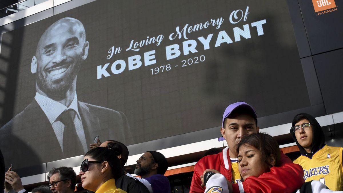Kobey Bryant gestorben - Große Traueranzeige im Stadion