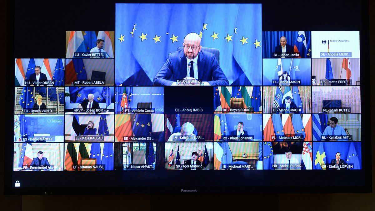 Ratspräsident Charles Michel auf der Videokonferenz mit den EU-Staats- und Regierungschefs. Alle Beteiligten sind auf einem Monitor zu sehen.