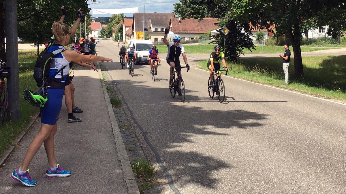 Radfahrer fahren den Solarer Berg nach oben und werden dabei angefeuert