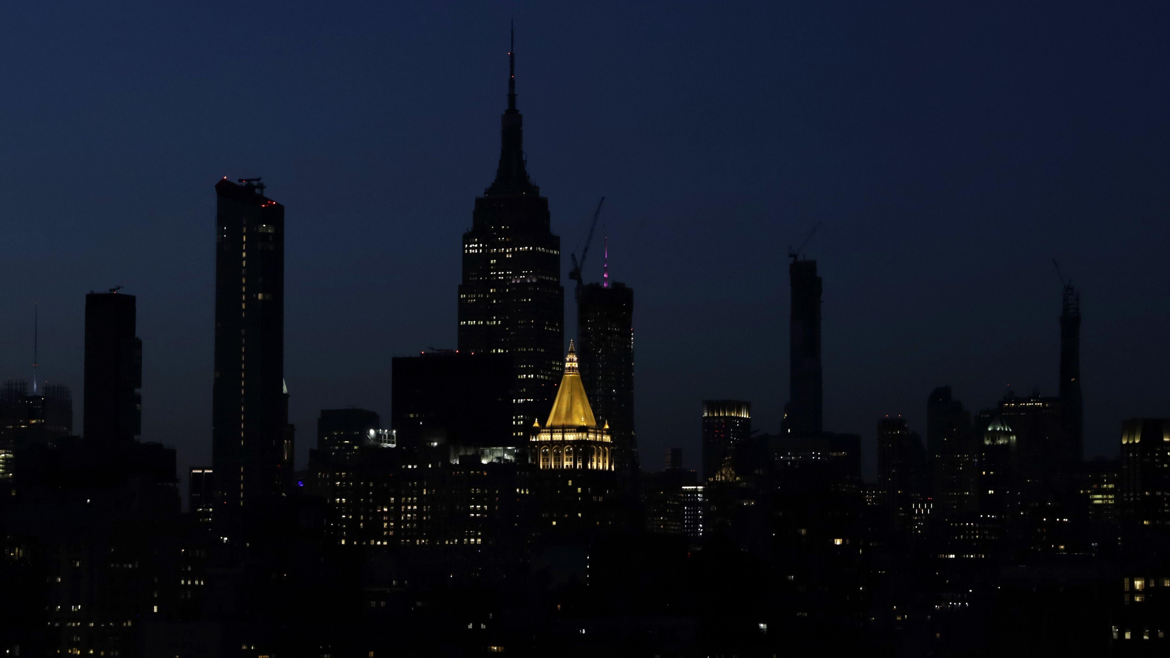 Seltener Anblick: Das berühmte Empire State Building in New York unbeleuchtet. Ein Stromausfall legte am Samstagabend Teile der Stadt lahm.