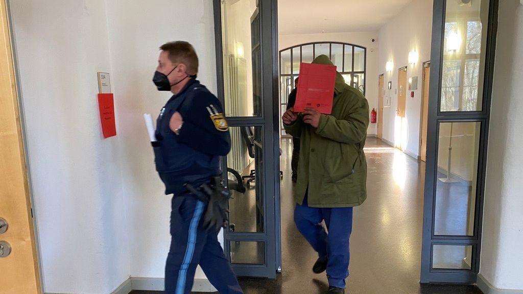 Der Angeklagte betritt am zweiten Prozesstag den Gerichtssaal