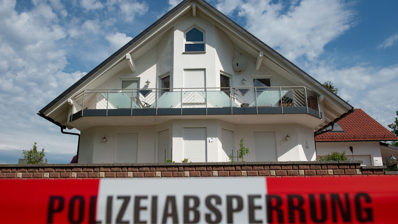 """Absperrband mit der Aufschrift """"Polizeiabsperrung"""" ist vor dem Haus des verstorbenen Kasseler Regierungspräsidenten Walter Lübcke (CDU) zu sehen"""