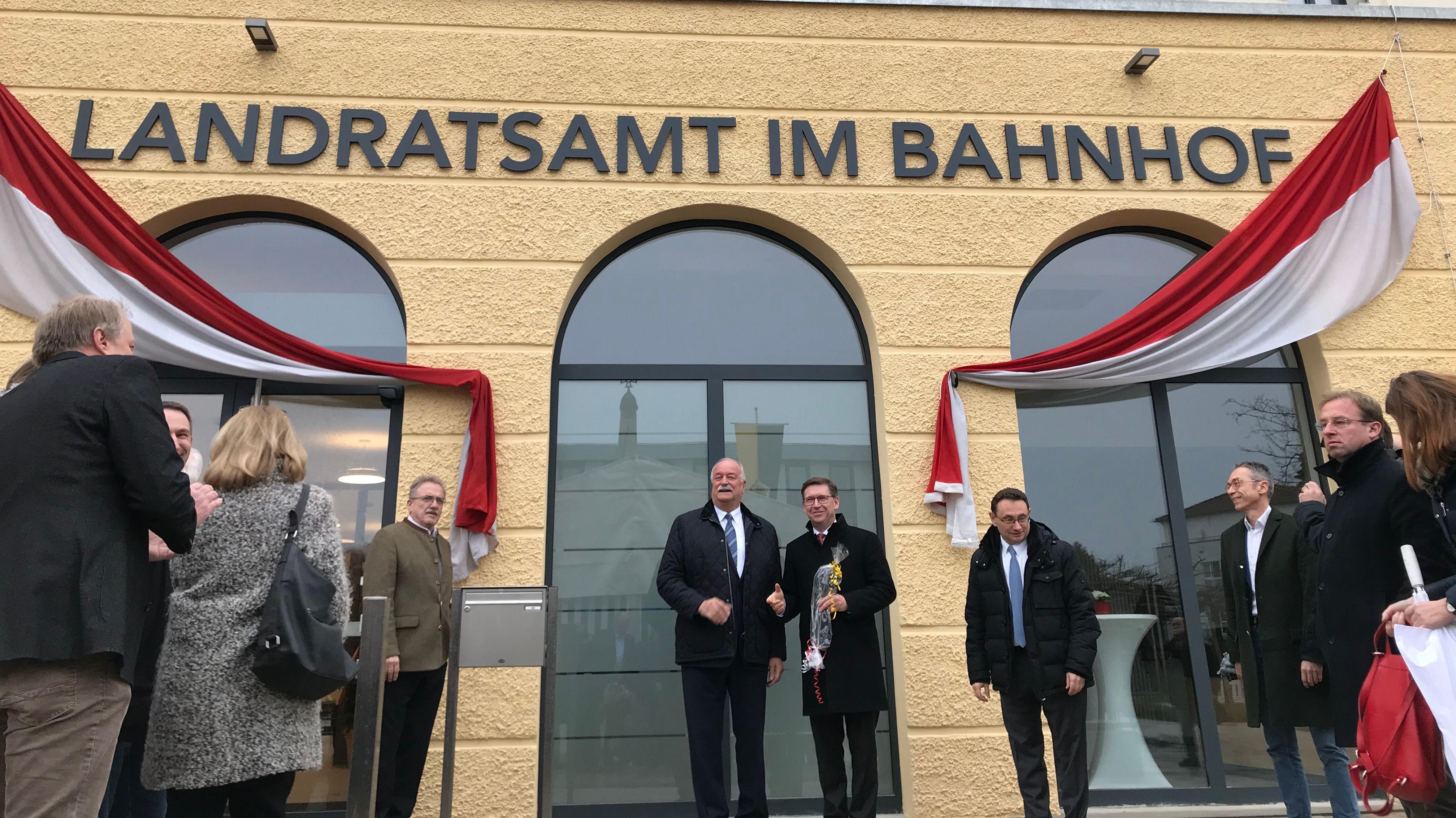 """Das sanierte alte Bahnofsgebäude mit dem Schriftzug """"Landratsamt im Bahnhof!"""