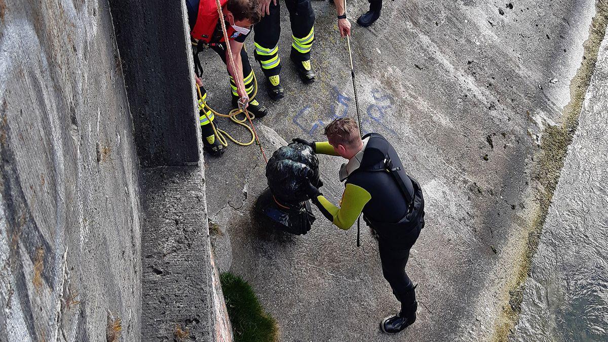 Taucher der Münchner Feuerwehr haben eine Büste von König Ludwig II aus den Isarfluten geborgen.