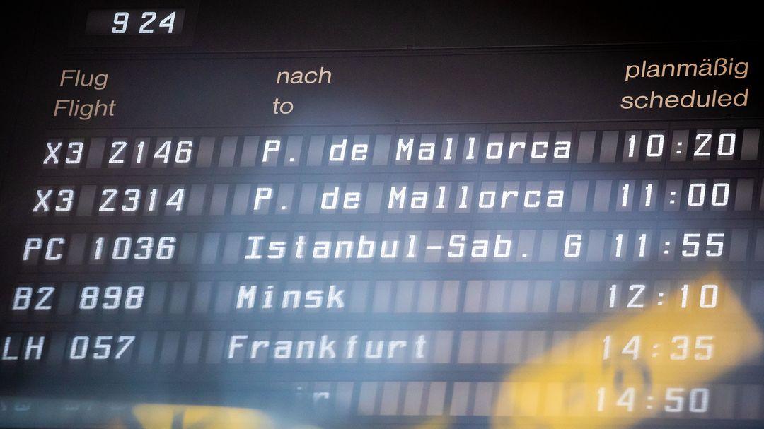 Zwei Abflüge nach Palma de Mallorca mit kurzem Zeitabstand sind auf einer Anzeigetafel im Flughafen