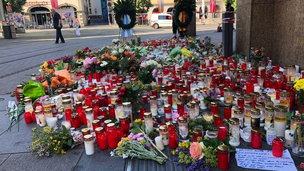Gedenken der Opfer der Würzburger Messerattacke am Barbarossaplatz in Würzburg