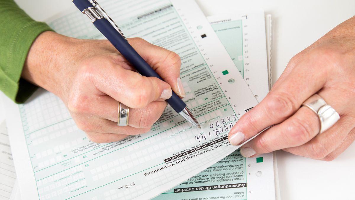 Eine ältere Frau macht ihre Steuererklärung