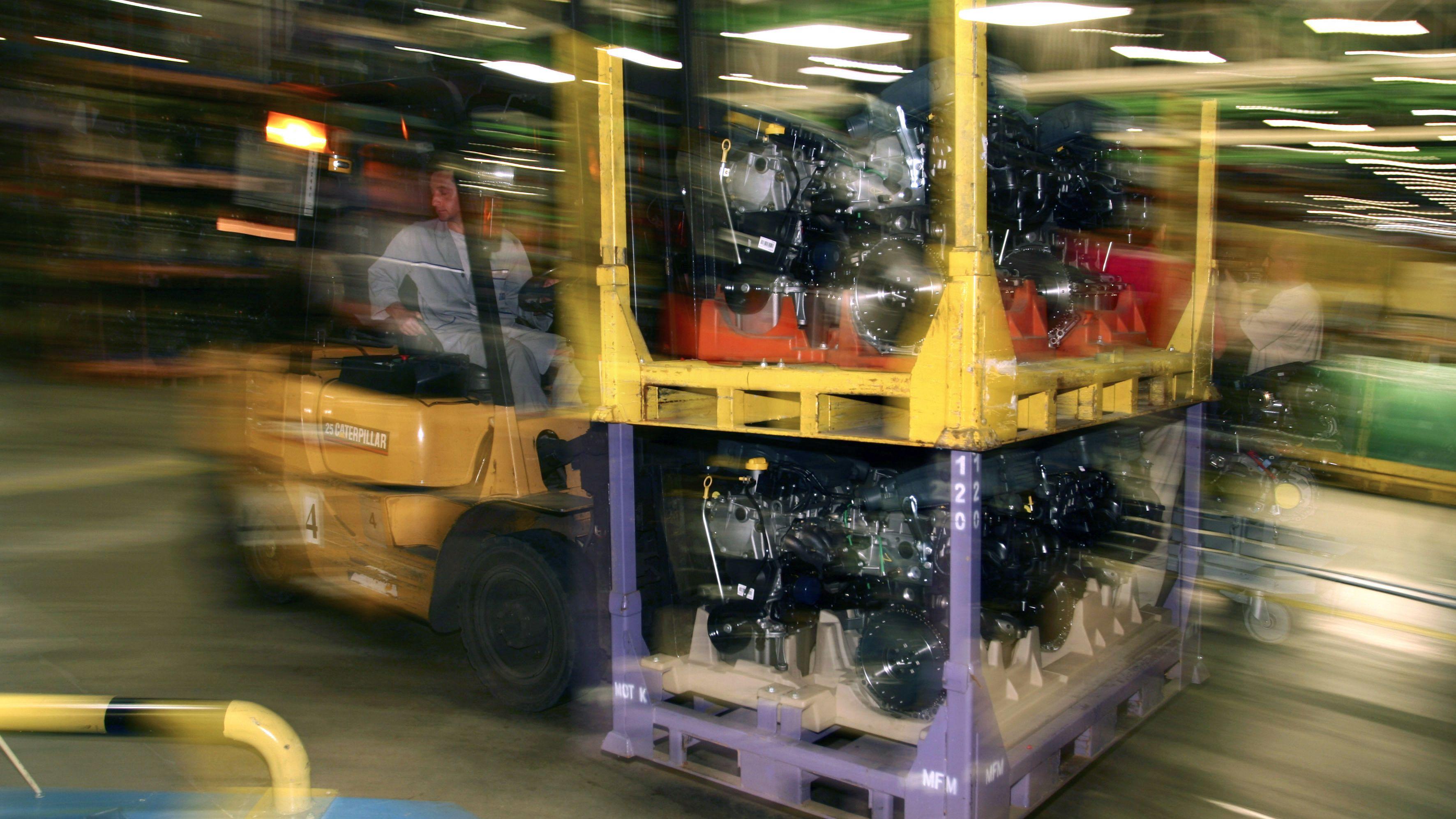 Symbolbild Blick in Produktionshalle eines Autozulieferers